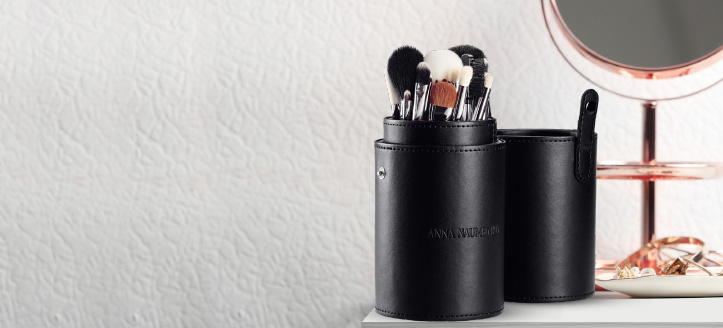 При покупке продукции Anna Naumenko на сумму от 700 грн, получите в подарок на выбор: кисть для скульптурирования, плоская кисть для тональной основы, кисть для нанесения сухих текстур и теней