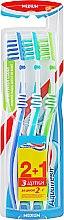 """Духи, Парфюмерия, косметика Набор зубных щеток """"2+1"""", синяя+бирюзовая+салатовая - Aquafresh In Between Medium"""