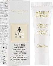 Духи, Парфюмерия, косметика Матирующий дневной крем - Guerlain Abeille Royale Mattifying Day Cream (пробник)