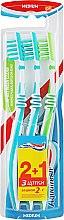 """Духи, Парфюмерия, косметика Набор зубных щеток """"2+1"""", бирюзовая+бирюзовая+салатовая - Aquafresh In Between Medium"""