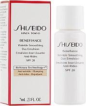Парфумерія, косметика Защитная дневная эмульсия против старения кожи - Shiseido Benefiance Wrinkle Smoothing Day Emulsion SPF 20 (пробник)